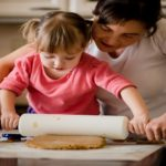كيفية تعليم أطفالك أساسيات الطبخ