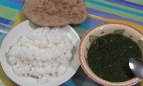 الملوخية مع الرز والعيش