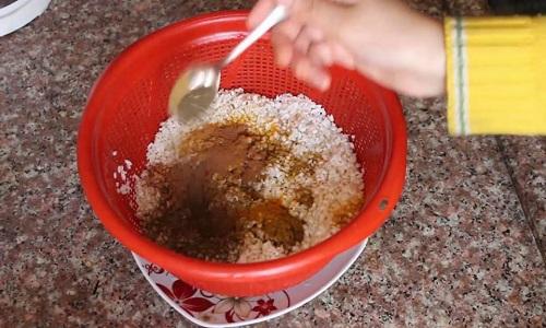 إضافة البهارات إلى أرز المقلوبة