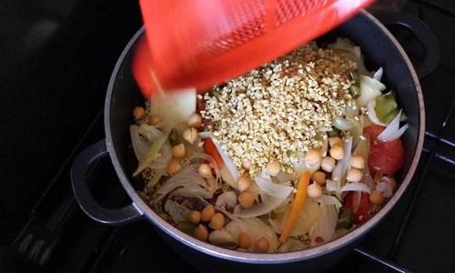 إضافة بقية الأرز للمقلوبة